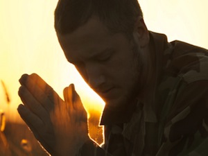 Молящийся солдат