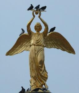 Ангел с голубем