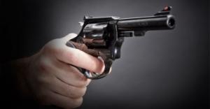 Рука с револьвером