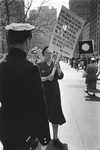 Дороти Дей с плакатом