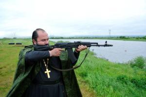 Священник с автоматом